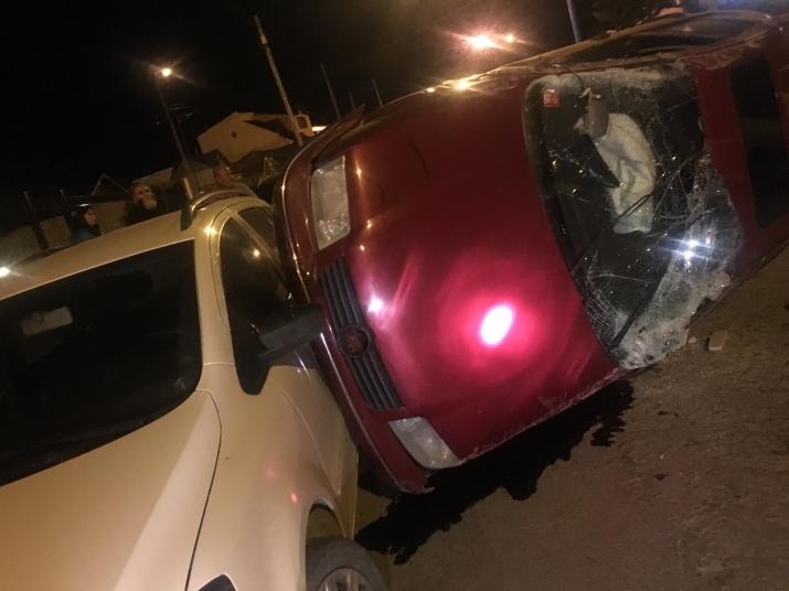 Impactante colisión de ocho vehículos estacionados seguido de un vuelco