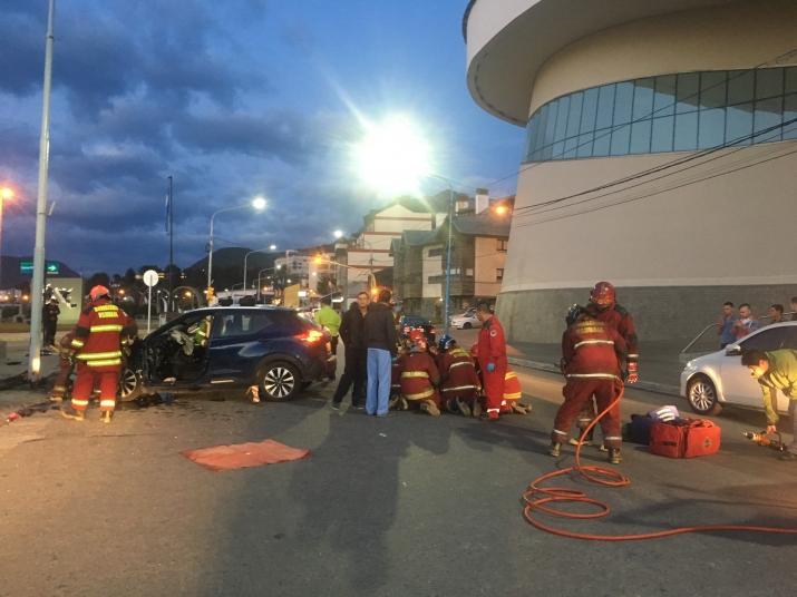 Violenta colisión contra una columna de alumbrado público