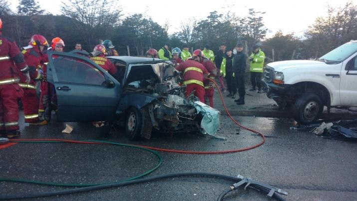 07:20 hs Violento impacto de un vehiculo con un camion estacionado